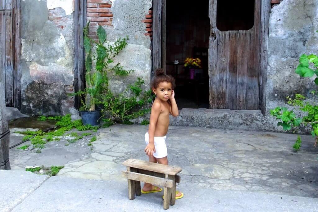 Kind in den Straßen von Guantánamo