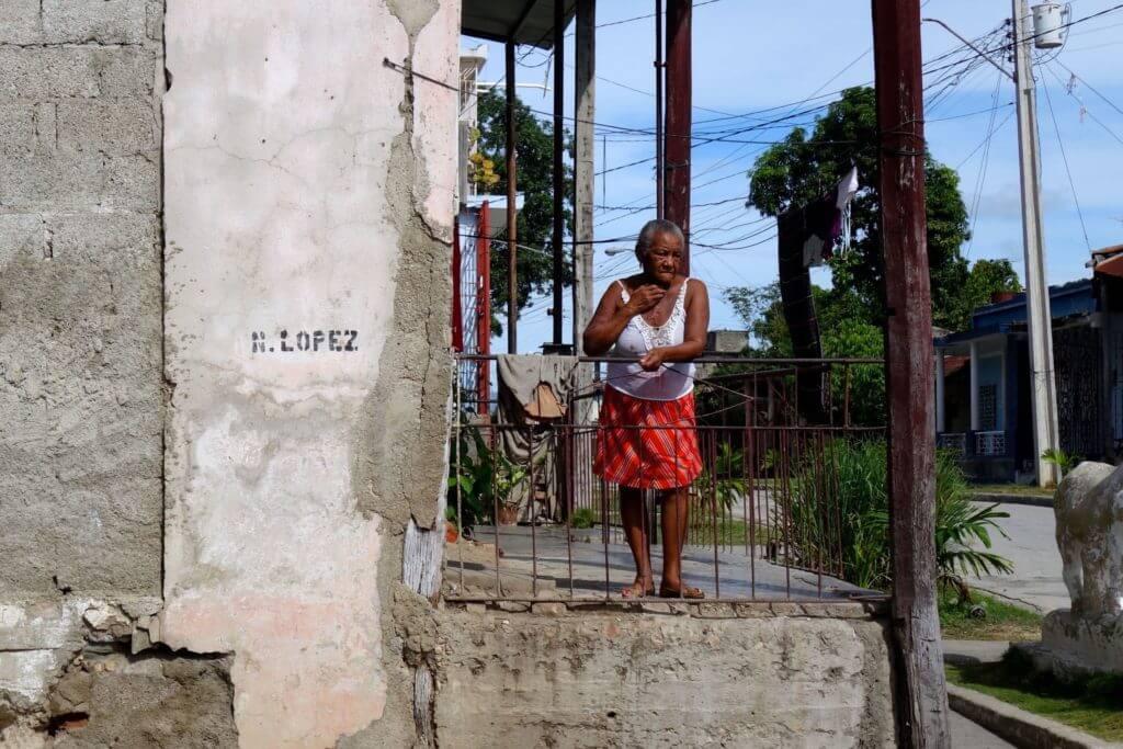 Frau vor Haus irgendwo in Guantánamo