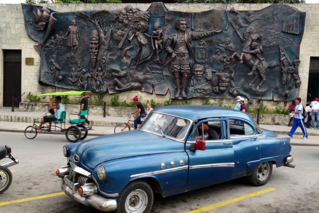 Holguín. Mural Orígenes, ein Relief mit historischen Motiven, am Parque de las Flores.