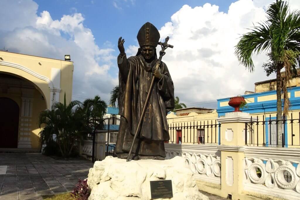Holguín. Skulptur von Johannes Paul II. neben der Catedral de San Isidro.
