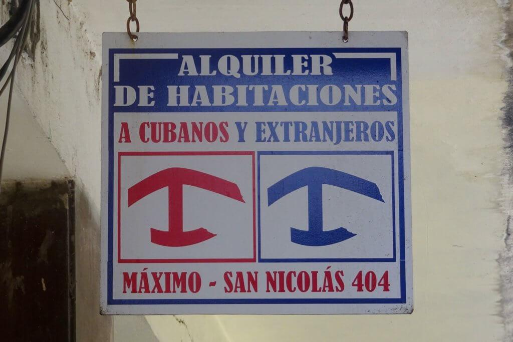 Casa Particular, Kuba. Schild für Cubanos und Extranjeros.