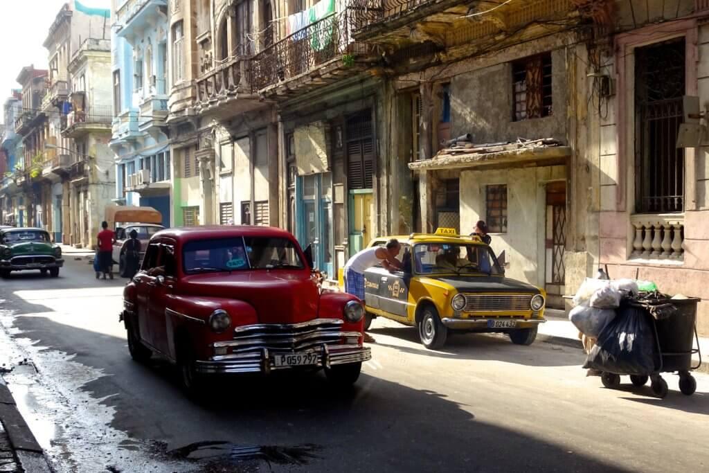 Casa Particular in Centro Habana. Morgens vor dem Haus auf der Straße.