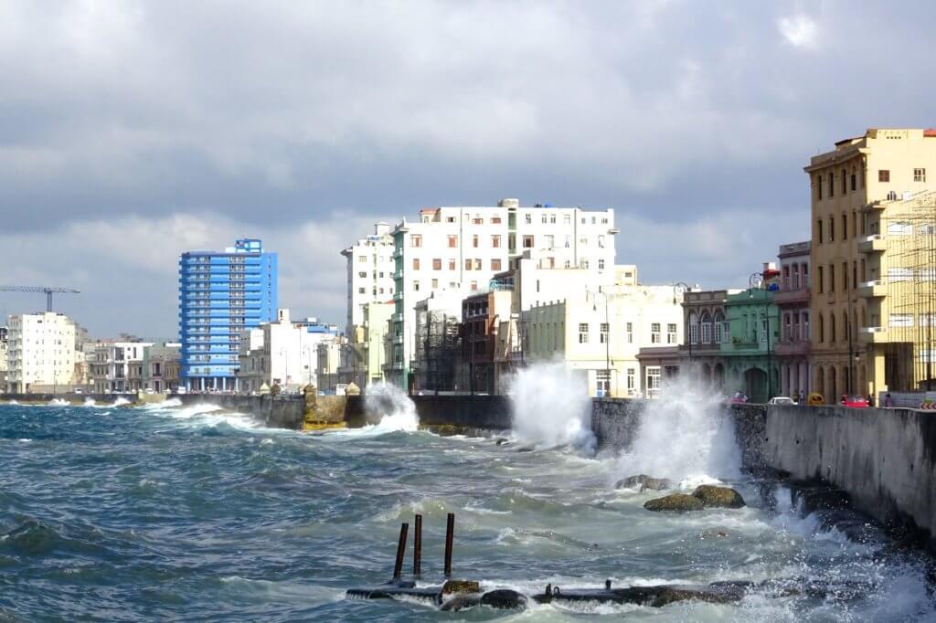 Casa Particular in Havanna, Kuba. Meeresbrandung am Malecón.