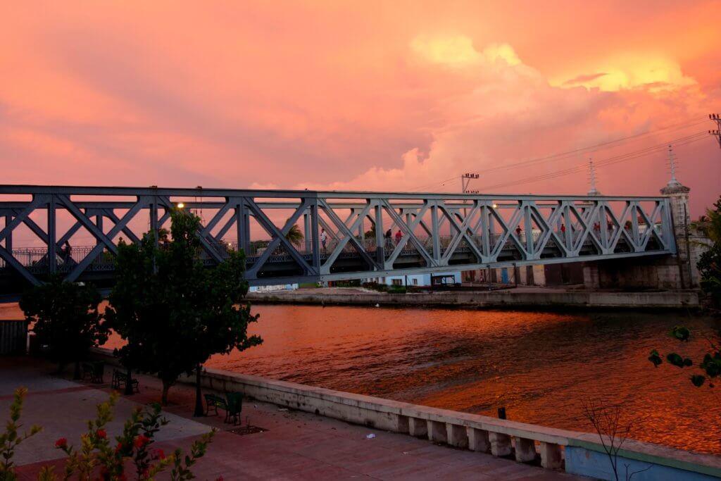 Casa Particular in Matanzas, Kuba. Abendstimmung über der Puente Calixto García
