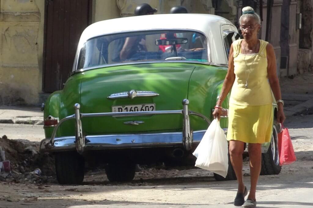 Casa Particular, Kuba. Oldtimer und Frau in Havanna.