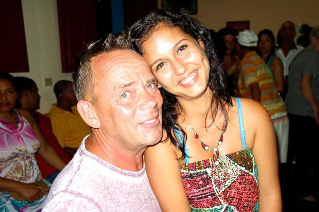 Wolfgang Käseler, Reiseblogger vom Reiseblog Groovy Planet, mit kubanischer Freundin in Baracoa, Kuba.