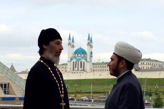 Religion in Tatarstan. Vikar Konstantin Kolyganov(links) und Imam Ilfar Khasanov (rechts), Im Hintergrund: Kreml und Kul-Scharif-Moschee in Kasan