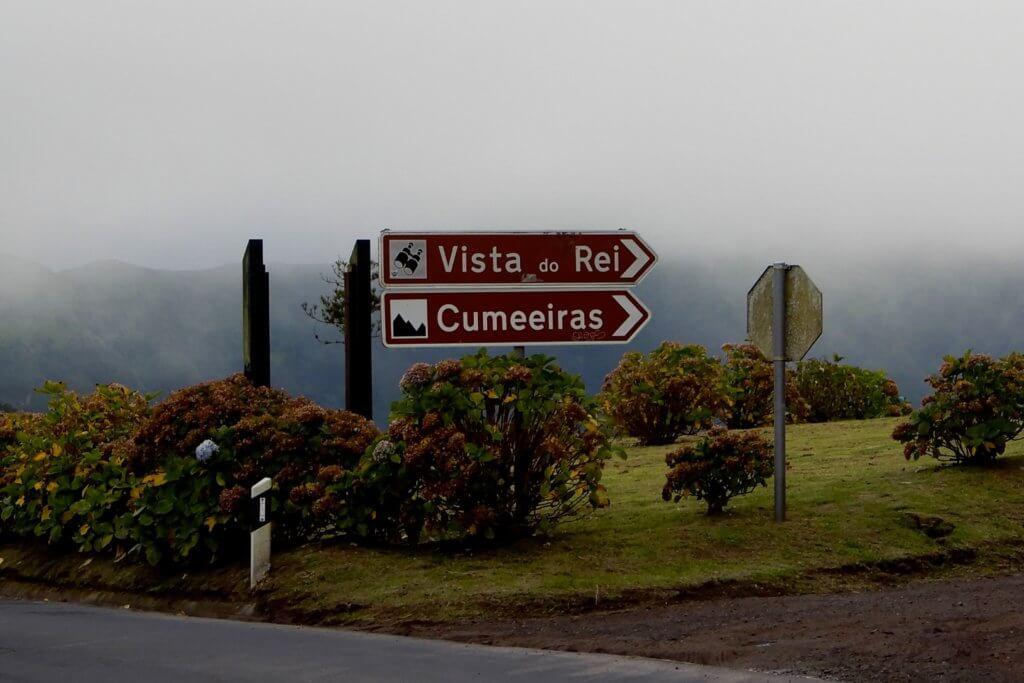 Kratersee bei Sete Cidades. Ein Schild weist zur Vista do Rei.