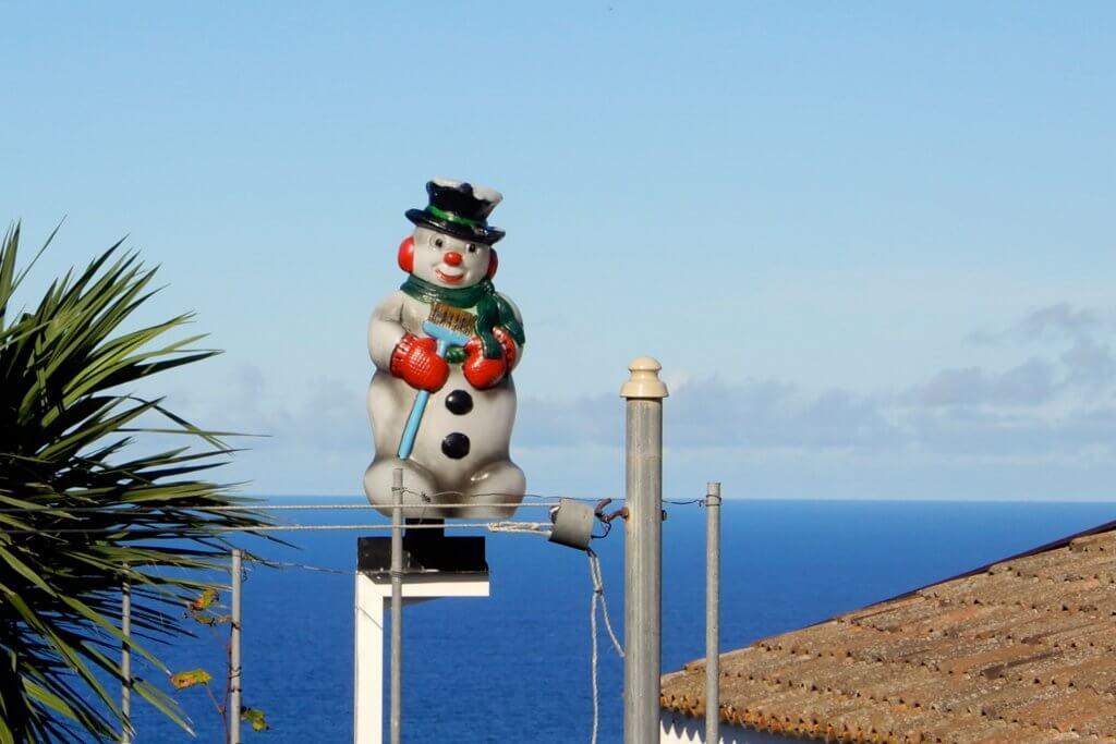 Plastik-Schneemann am Ortsausgang von Mosteiros, gesehen während der Wanderung zum Kratersee bei Sete Cidades.