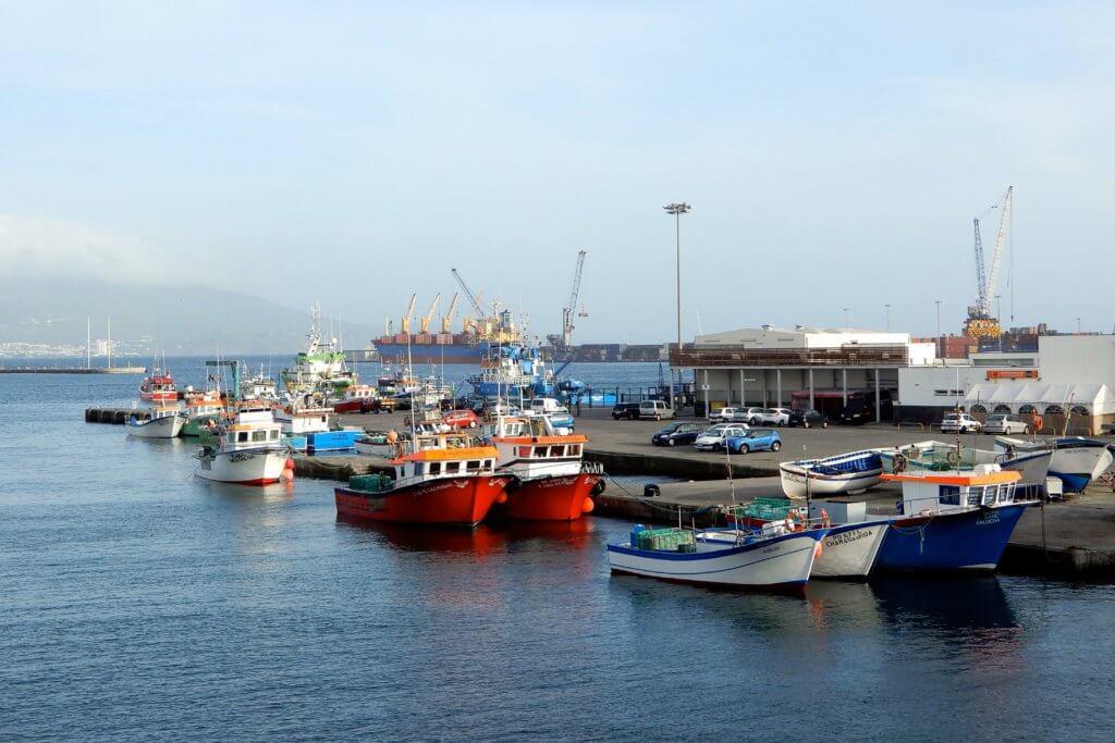 Blick auf den Hafen von Ponta Delgada, Azoreninsel São Miguel.