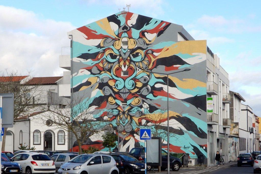 Street Art Azoren. Paulo Arraiano hat diese Hauswand in Ponta Delgada gestaltet.