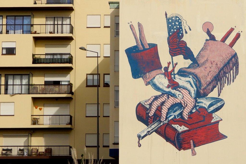 Street Art auf den Azoren. Motiv in Ponta Delgada, gestaltet von Cyrcle, Street-Art-Projekt aus Los Angeles.