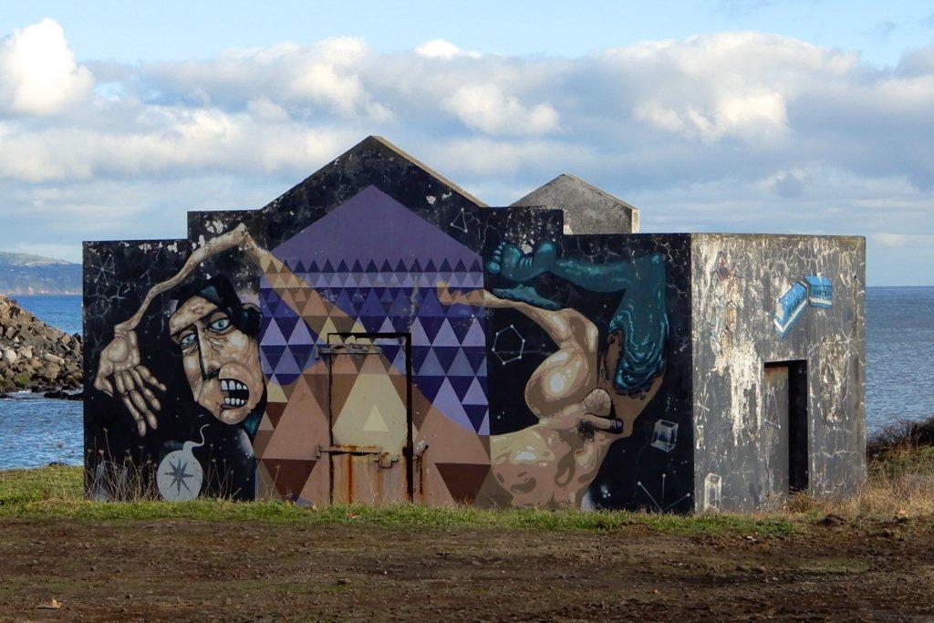 Street Art auf São Miguel, direkt an der Küste.