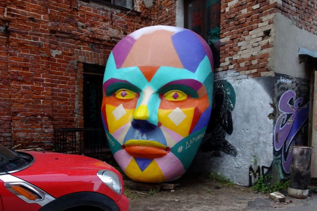 Street Art in Kasan. Kunstwerk auf dem Gelände von Alafuzov Loft.