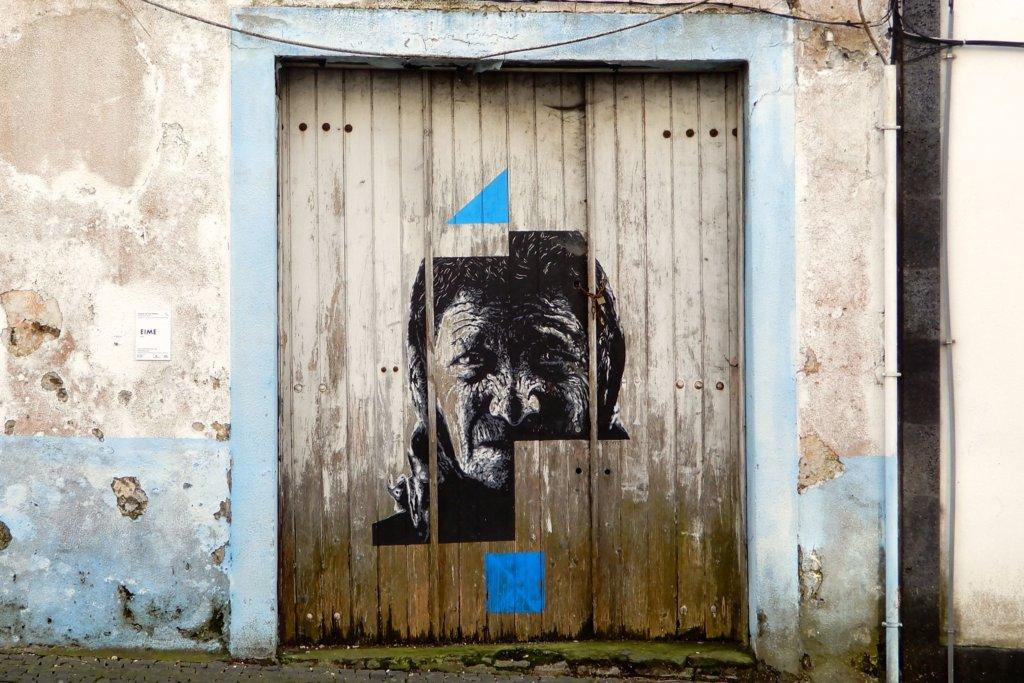 Street Art in Ponta Delgada, São Miguel. Ein Werk des Künstlers Daniel Eime aus Porto.