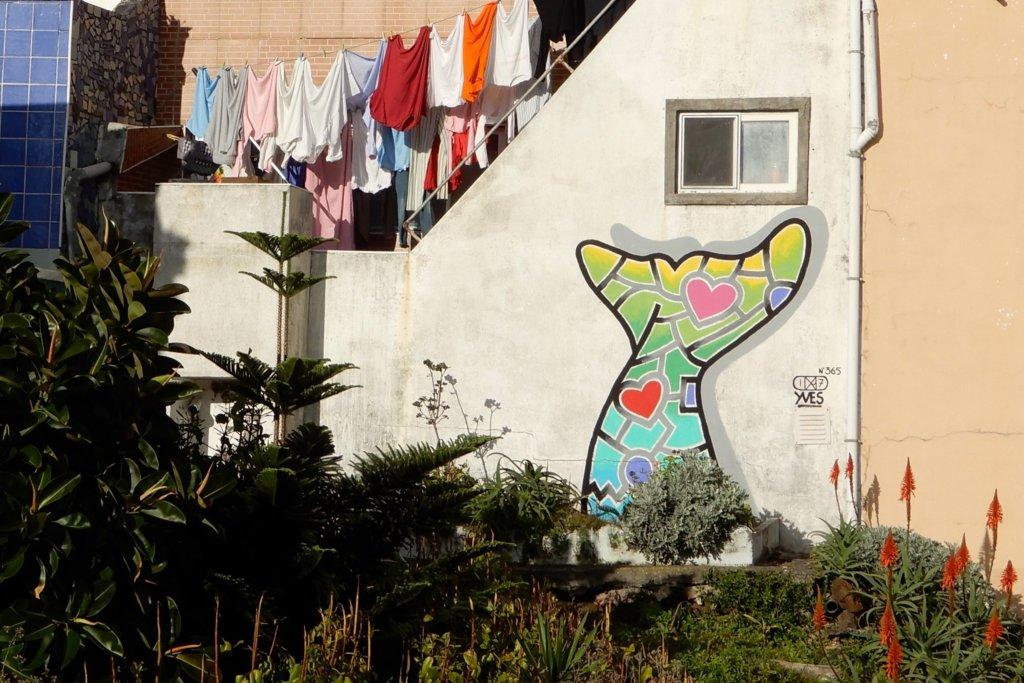 Street Art auf São Miguel. Wal von Yves Decoster.