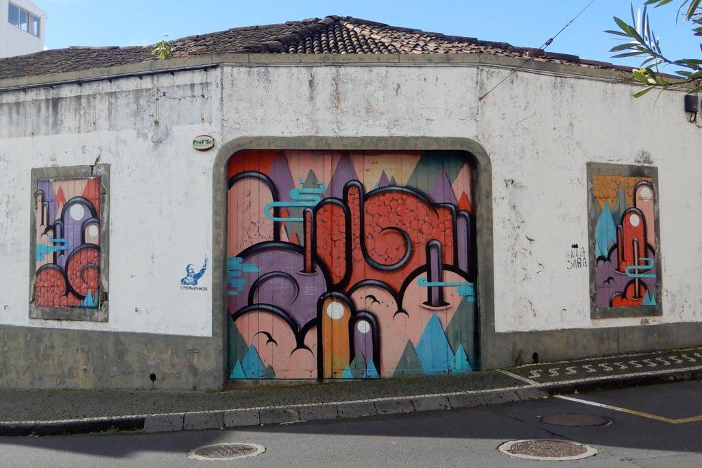Street Art in Ponta Delgada. Kunstwerk von HIUM.