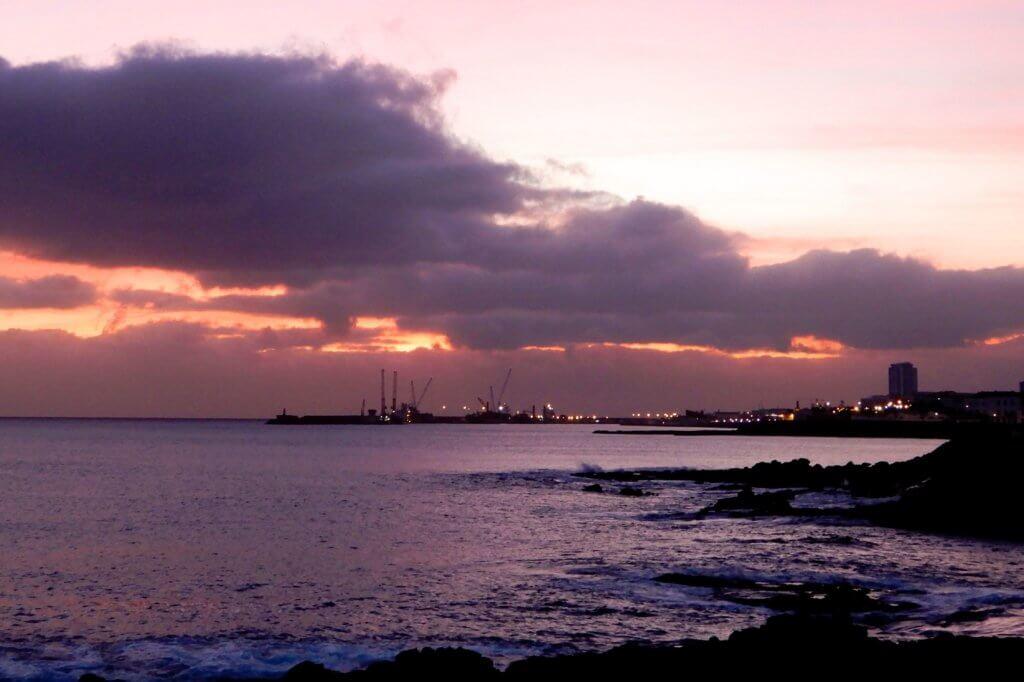 São Miguel, Abendstimmung. In der Ferne der Hafen von Ponta Delgada.
