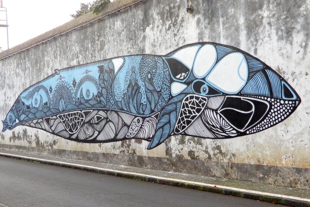 Street Art in Ponta Delgada, São Miguel, mit Wal-Motiv.