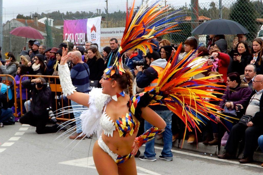 Karneval in Ovar, Portugal. Farbenfrohe gekleidete Tänzerin beim Umzug.