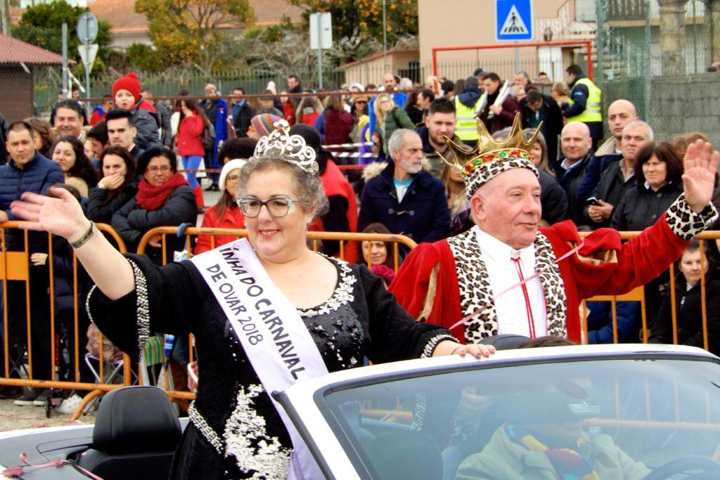 Karneval in Ovar. Das Königspaar fährt vorweg und eröffnet den Umzug.