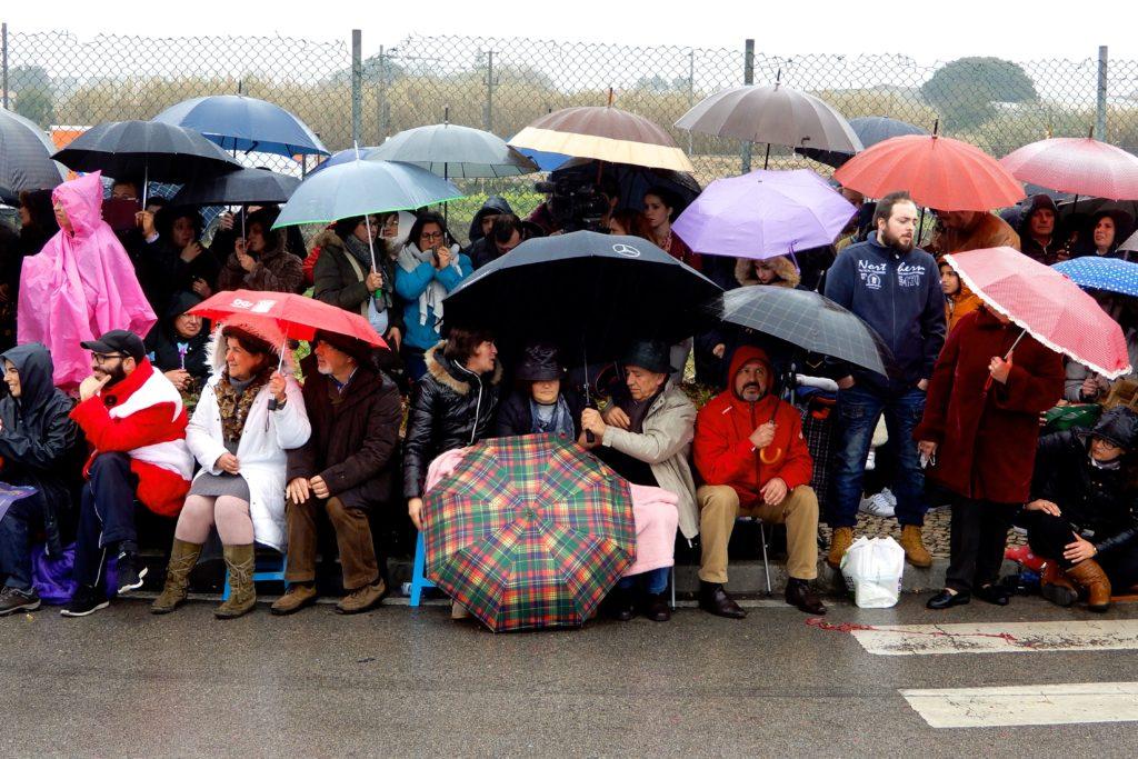 Karneval in Ovar. Regen beim Grande Corso Carnavalesco.