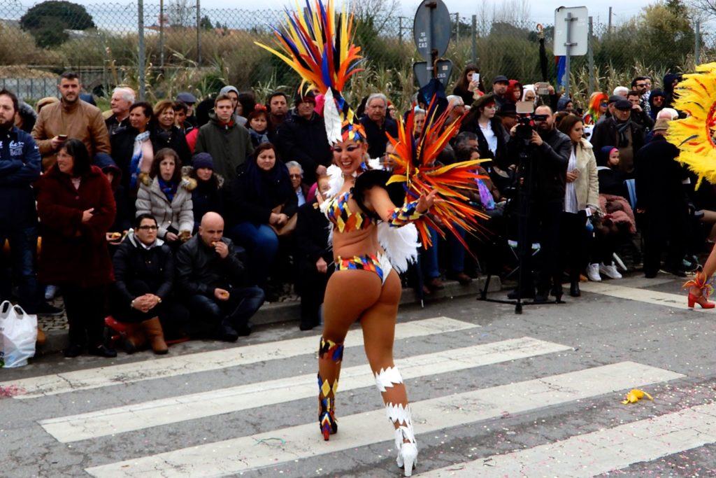 Karneval in Ovar, Portugal. Samba-Tänzerin beim Grande Corso Carnavalesco.