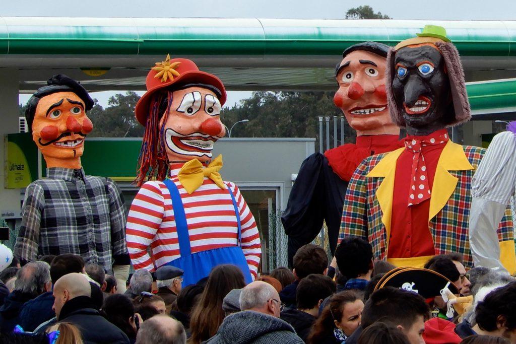 Karneval in Ovar, Portugal. Riesige Clowngestalten während des Grande Corso Carnavalesco .