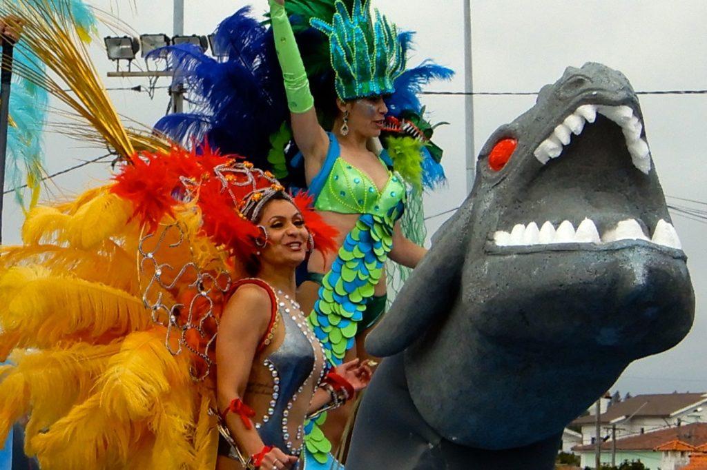 Karneval in Ovar, Portugal. Bunte Kostüme beim Grande Corso Carnavalesco.