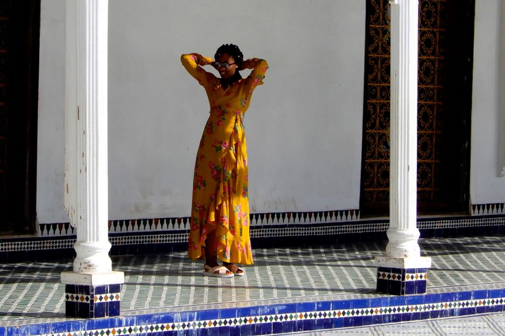 Bahia Palast, Marrakesch. Posieren an historischer Stätte, im Innenhof des Palastes.