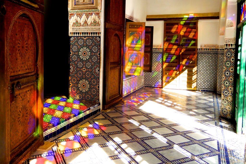 Bahia Palast in Marrakesch. Die Morgensonne sorgt für farbenfrohe Lichtspiele.