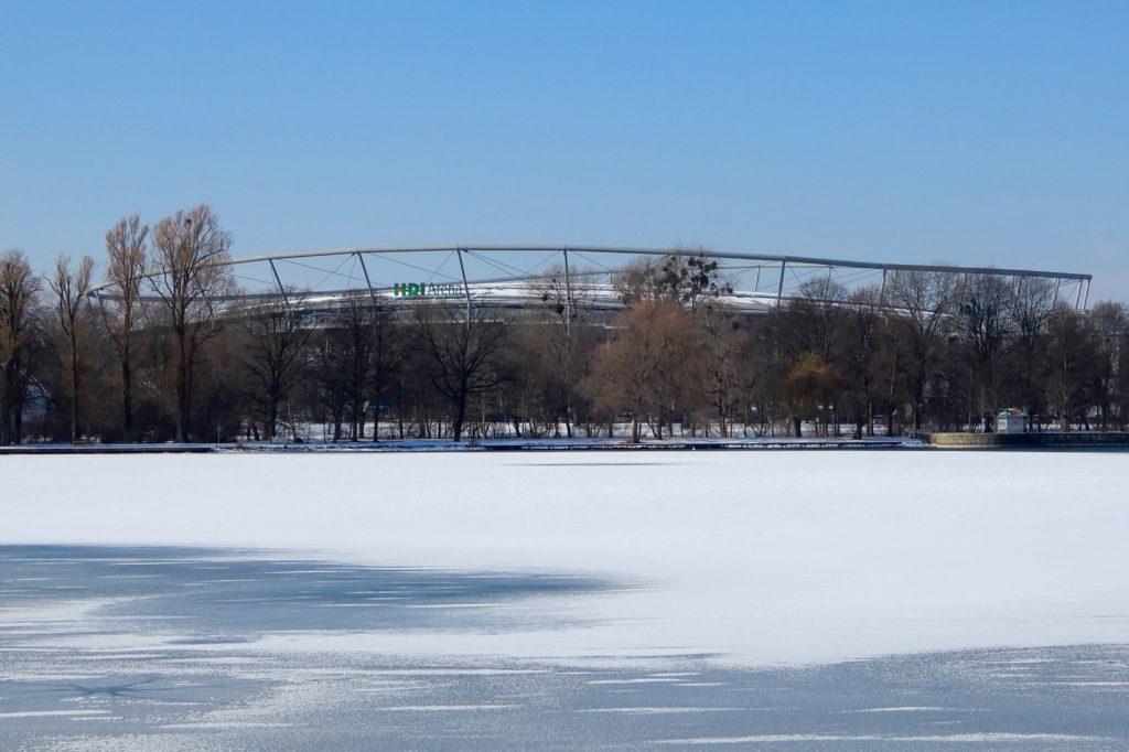 HDI Arena, Hannover. Das hannoversche ehemalige Niedersachsenstadion auf der anderen Seite des zugefrorenen Maschsees.