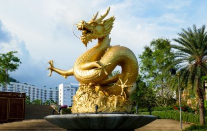 Goldener Drachen im Queen Sirikit Park von Phuket Town.