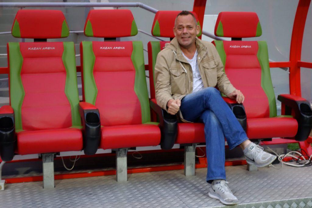 Kasan-Arena. Reiseautor / Reiseblogger Wolfgang Käseler auf der Trainerbank des Fußballstadions.