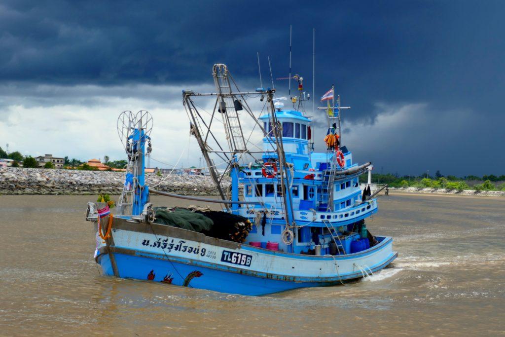 Chumphon. Ein Fischkutter verlässt den Hafen Pak Nam Chumphon.