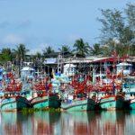 Fischerboote im Hafen von Chumphon, Thailand.