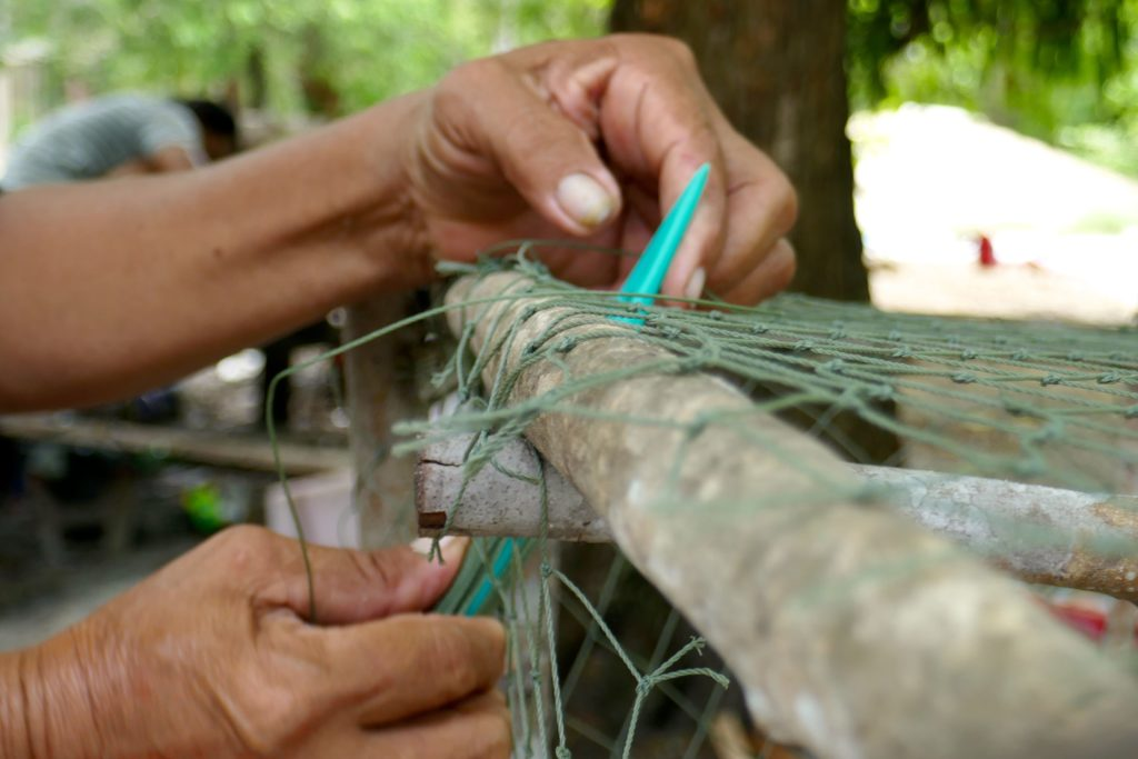 Moken. Herstellung von Tintenfischfallen bei den ehemaligen Seenomaden.