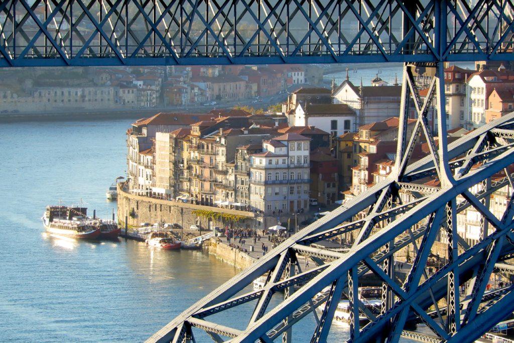 Brücke Ponte Dom Luís I und Ribeira, die Altstadt Portos.
