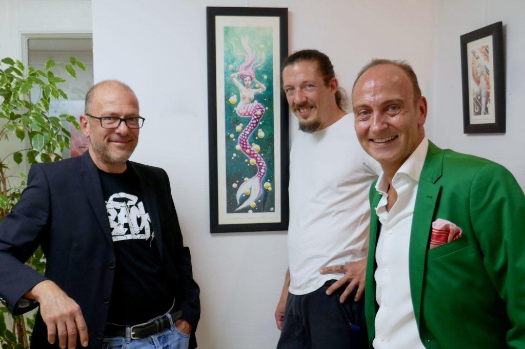 Künstler Absinth zwischen Popstreet.shop-Bossen Michael Habel (links) und Stephan Krüll (rechts).