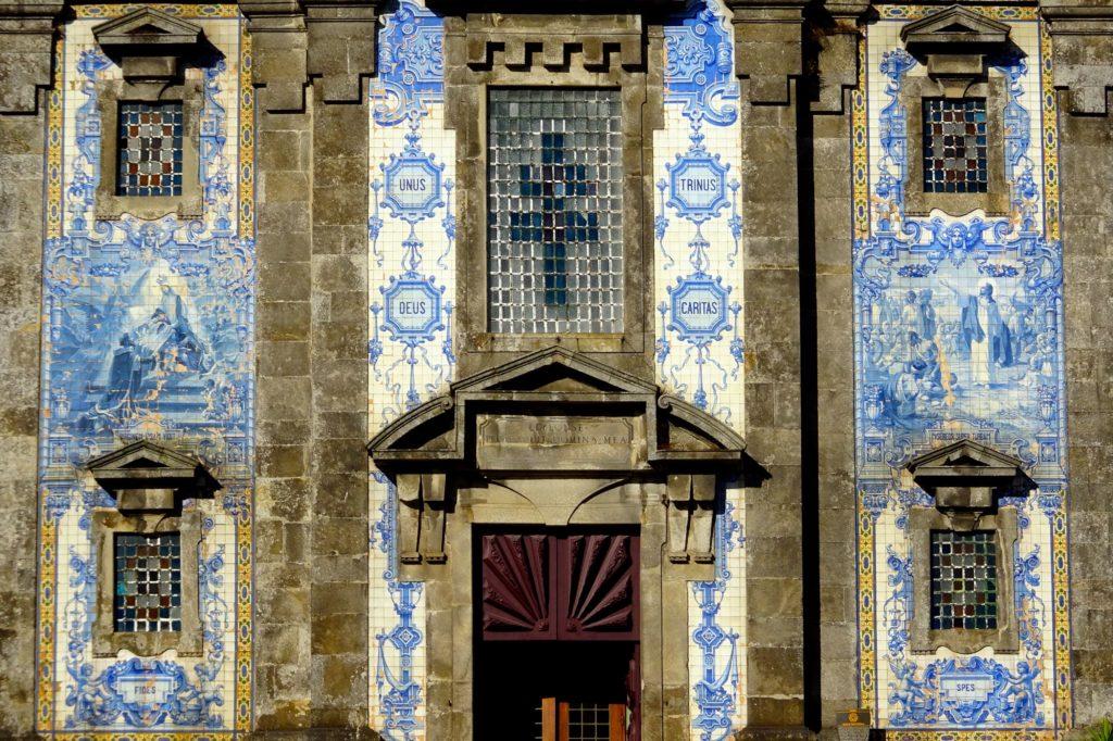 Azulejos in Porto, hier die Frontseite der Igreja de Santo Ildefonso.