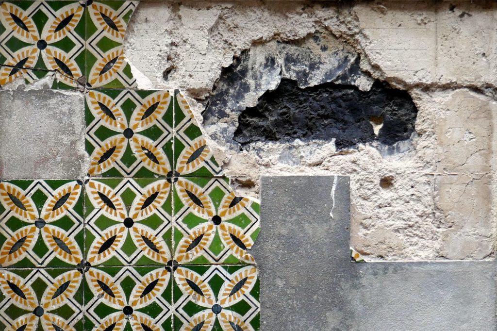 """Azulejos in Porto. Belege für den Vandalismus, gegen den """"Preencher Vazios"""" kämpft."""