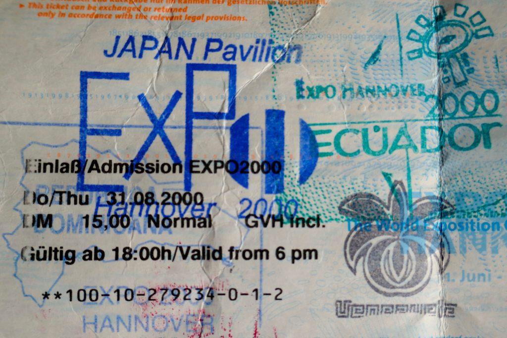Ticket für Expo 2000 in Hannover mit bunten Stempeln.