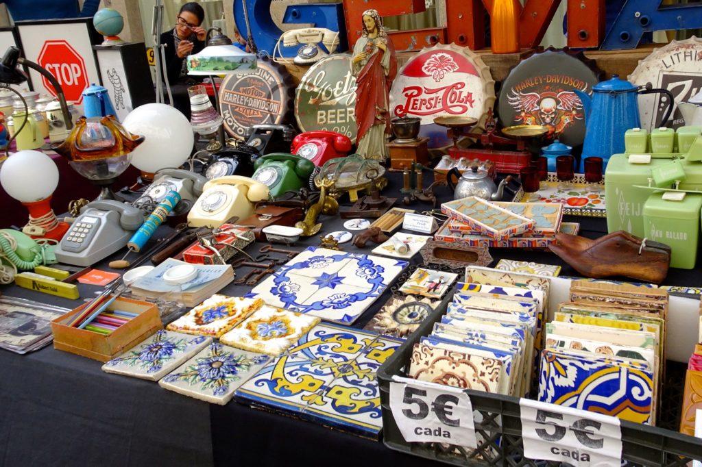 Flohmarkt in Porto. Verkauf gebrauchter Azulejos.