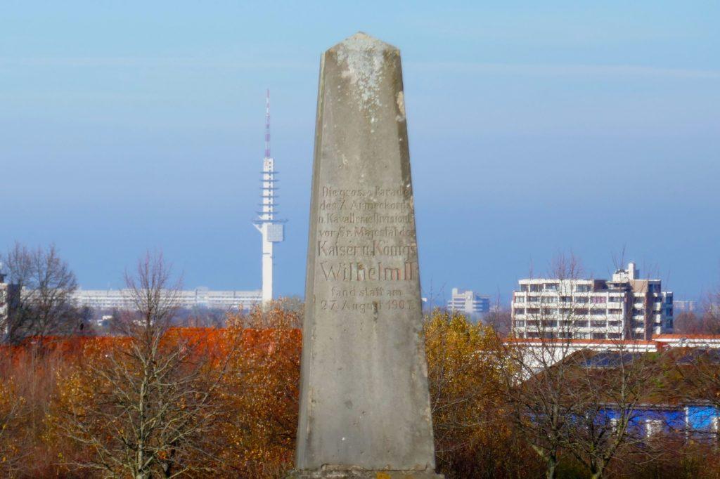 Gedenkstein zur Erinnerung an Kaiserbesuch am Kronsberg in Hannover.