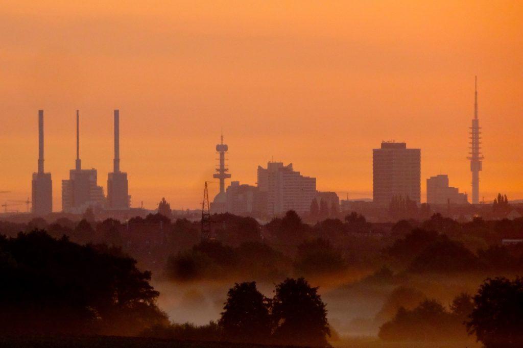 Skyline von Hannover im Morgengrauen vom Benther Berg aus gesehen.