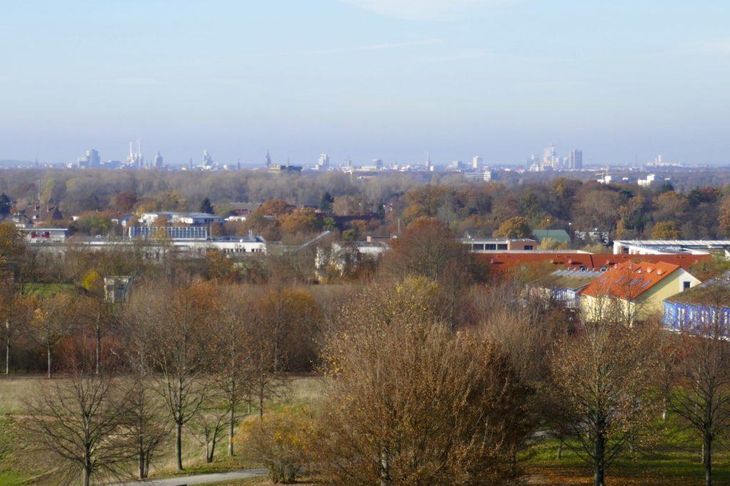 Blick vom Kronsberg, am Horizont die Skyline von Hannover.