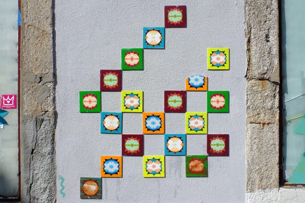 Azulejos in Porto. Street Art des Künstlers mynameisnotSEM in der Rua das Taipas.