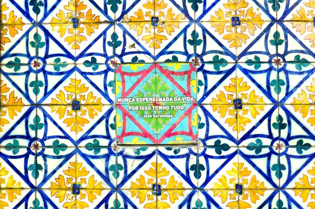 """""""Preencher Vazios"""", Azulejo mit einem Ausspruch von Nobelpreisträger José Saramago."""