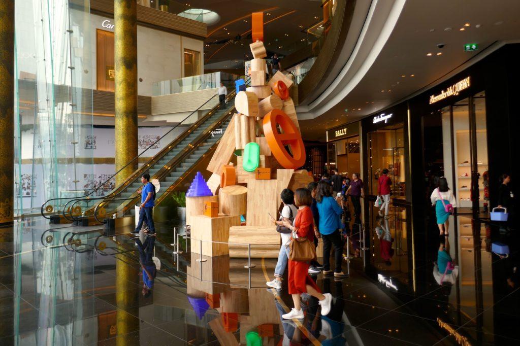 Weihnachten in Bangkok. Baum aus Holzelementen in Bangkoks neuem Shopping-Tempel Iconsiam.