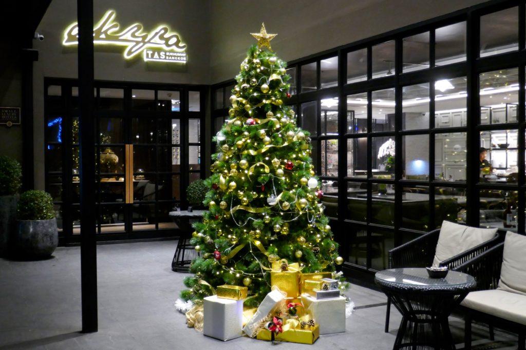 Weihnachten in Bangkok. Klassischer Weihnachtsbaum vor dem Hotel Akyra Sukhumvit.